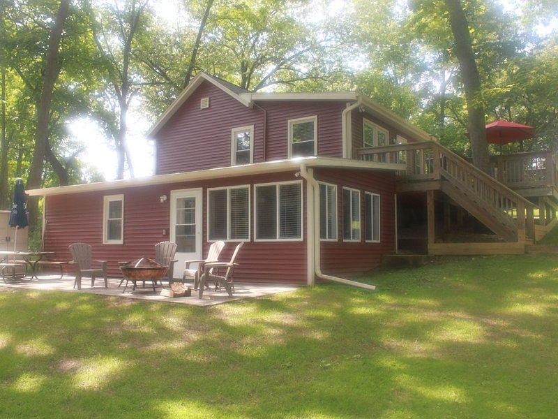 Welcome To Your Home Away From Home.  Welcome To Cambridge Lake House., vacation rental in Edgerton