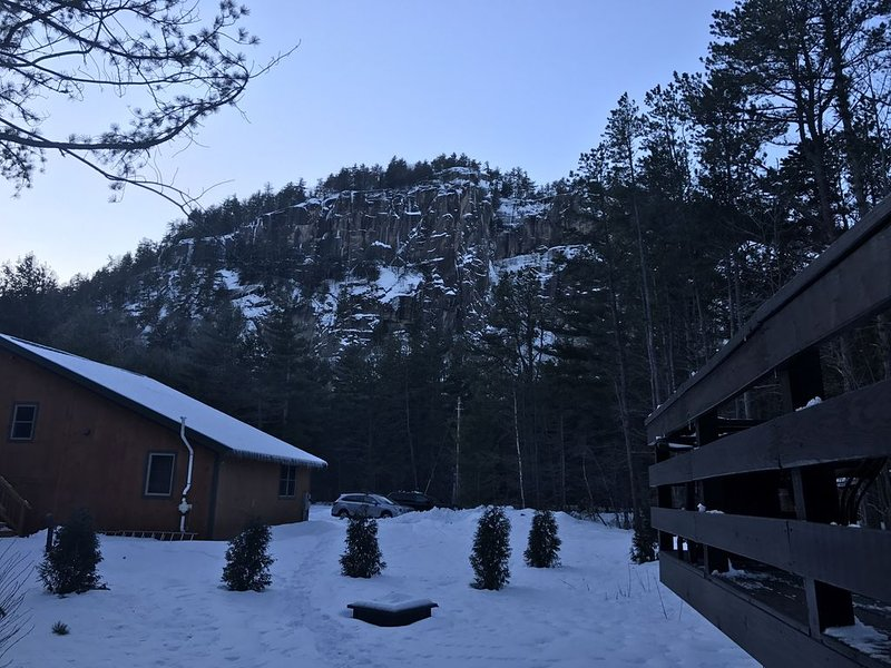 Cathedral Ledge - Peaceful, spotless & cozy with awesome views of the Ledges!, holiday rental in North Conway