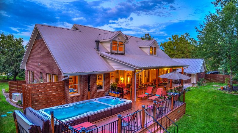 Country Charmer with Inviting Front and Back Porches, Swim Spa, Decks, Fire Pit, alquiler vacacional en Wills Point