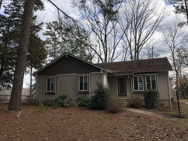 Cute & Cozy 3BR 2BA Lake Front House on Lake Gaston - private water access!, vacation rental in Macon
