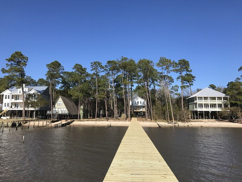 3 Bedroom/3 Bath Family Friendly Cottage With Wharf on Mobile Bay, holiday rental in Point Clear