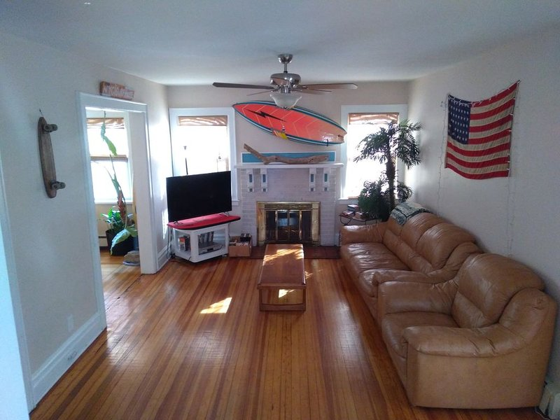 NYC SURFHOUSE...Perfectly Located, Beach Retreat House and Event Space, location de vacances à Queens