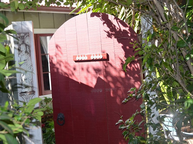 Downtown 'Rose Mary Cottage', holiday rental in Santa Barbara