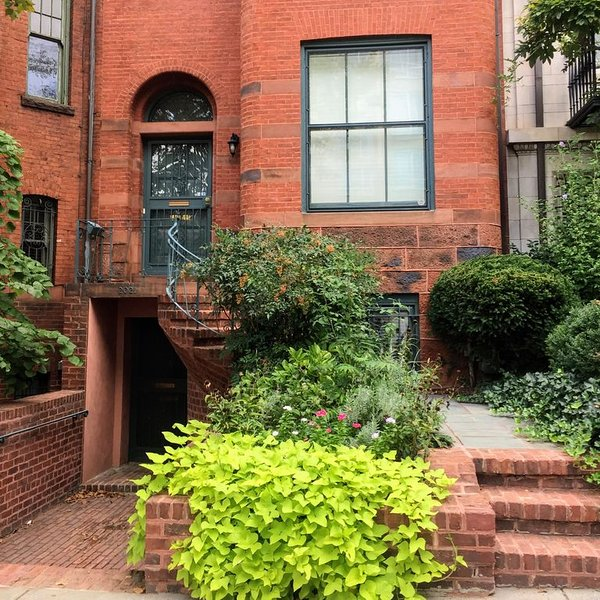 Impeccable historic home. Steps from Dupont Circle. Parking included., casa vacanza a Distretto di Columbia