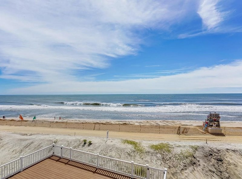 OCEAN FRONT HOME - NEWELY RENOVATED - MANTOLOKING, vacation rental in Normandy Beach