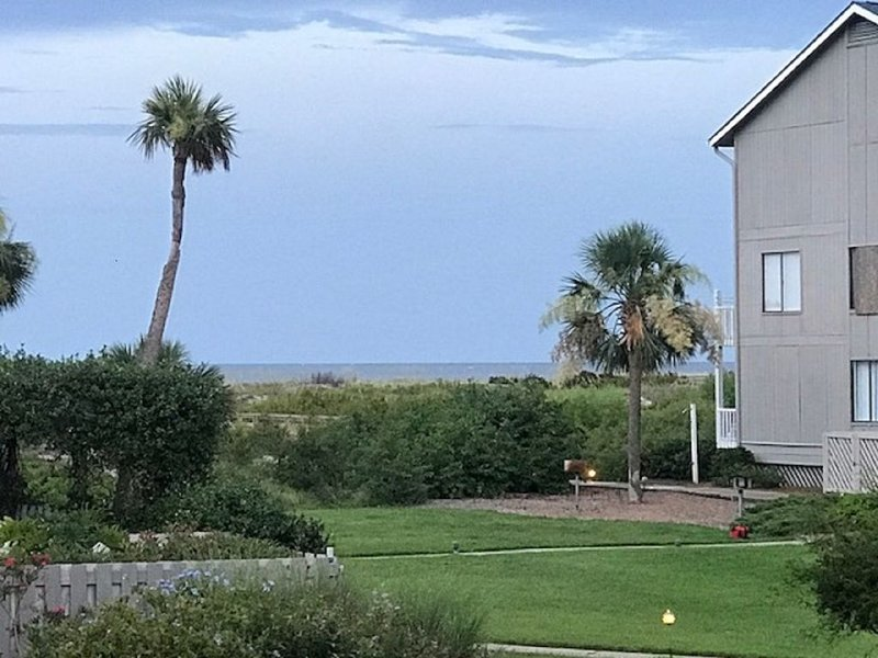 Pristine Sandy Beach, Ocean Front & Pool views, WiFi and Hunting Island Pass, holiday rental in Harbor Island