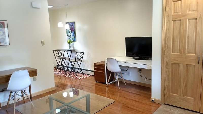 Very NEW 1br Guest House with modern decor, holiday rental in Schenectady
