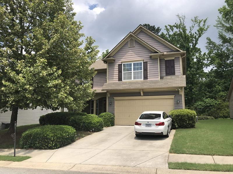 BEAUTIFUL 4-BEDROOM HOME LOCATED NEAR DOWNTOWN, AIRPORT AND TYLER PERRY STUDIOS, holiday rental in Rex