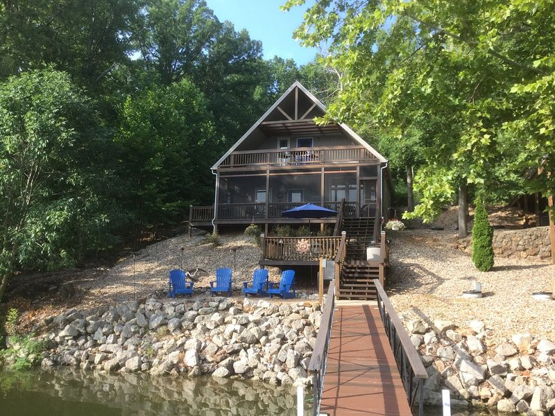 Lakefront home in quiet cove off main channel., holiday rental in Climax Springs