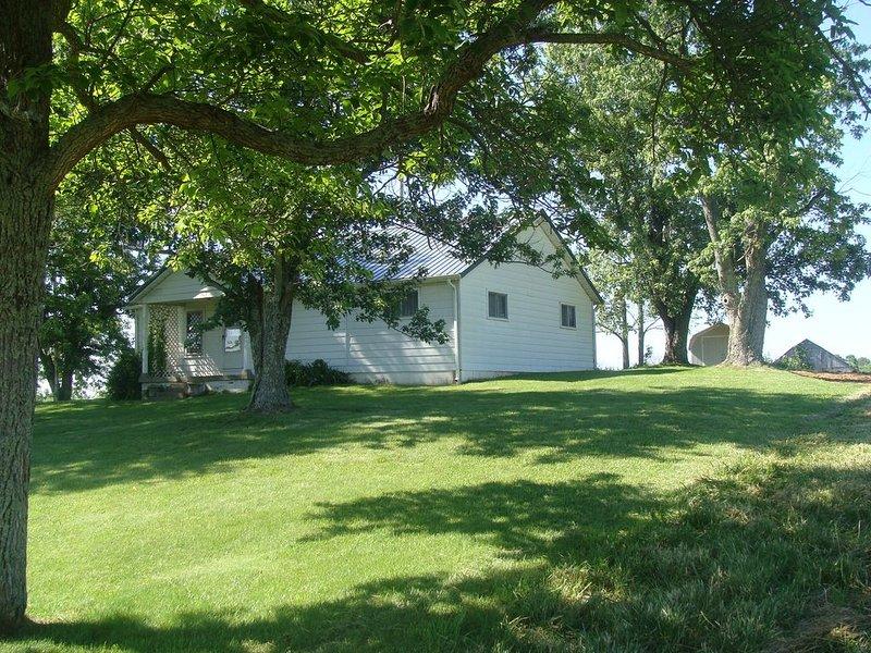 3 Bedroom Farm House Near Ark Encounter on 92 acres with a barn, woods and creek, alquiler de vacaciones en Crittenden