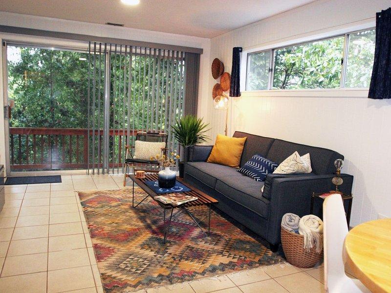 Ruime woonkamer met een eigen balkon en uitzicht op het bos