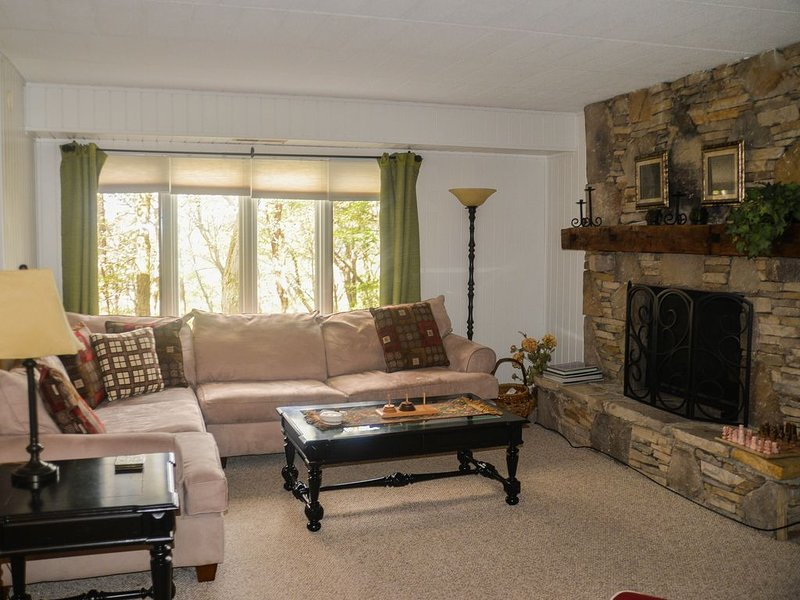 Updated 2BR/2BA Condo w/Golf, Spa & Shuttle to 7Springs Lodge/Slopes; Pool Open, vacation rental in Mount Pleasant