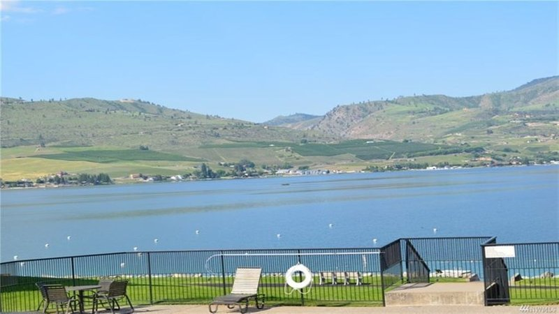 Waterfront Condo on Lake Chelan, location de vacances à Pateros