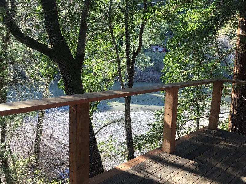 Updated cabin, right on Russian River, amazing views & location!, vacation rental in Healdsburg