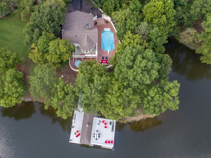 Newly remodeled lake home, huge views, pool, X large boathouse,, vakantiewoning in Leasburg