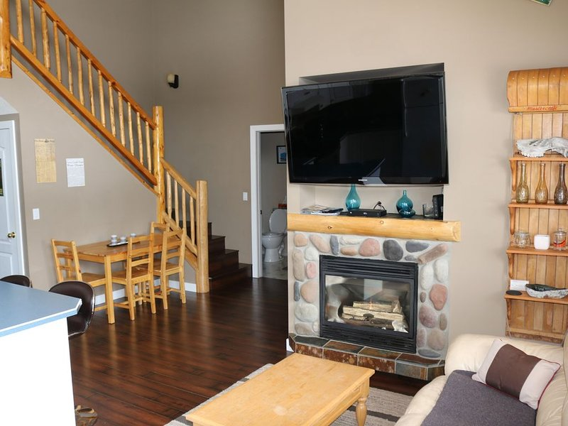 Cozy 3 Bed Fernie Condo on Elk River, aluguéis de temporada em Fernie