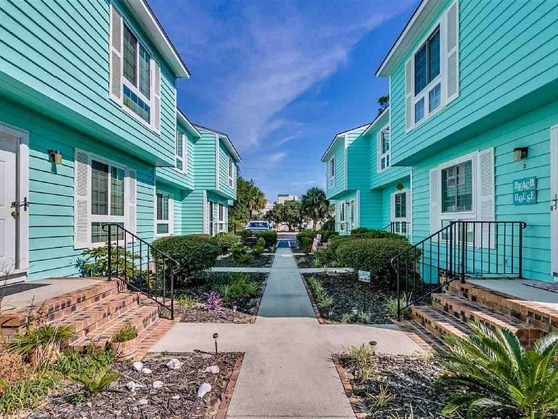 Indulge in a Quick Weekend Away! Townhome on Golden Mile; Short Walk to Beach, holiday rental in Myrtle Beach