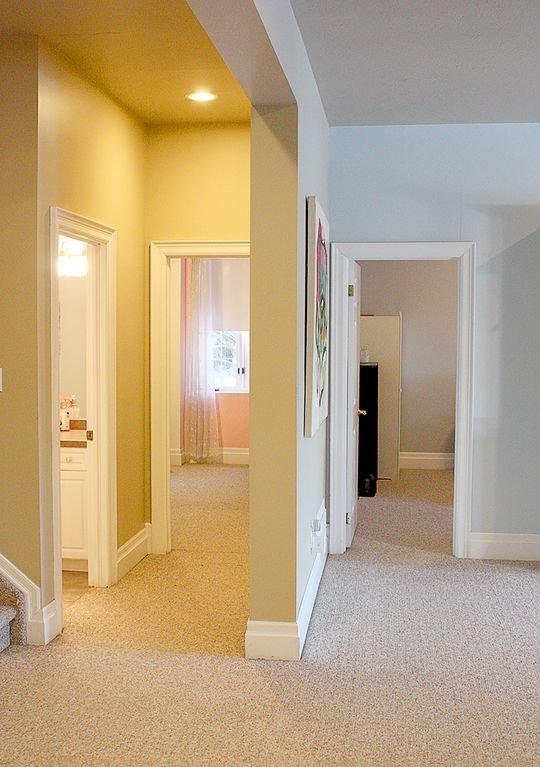 Entrada a dormitorios delanteros y traseros y baño completo.
