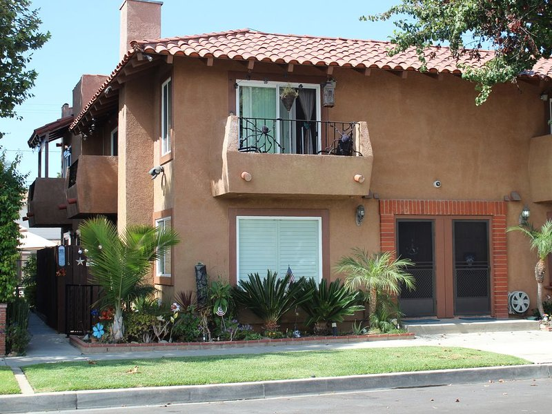 Huntington Beach Townhome style apartment, close to pier, beach and Pacific City, location de vacances à Huntington Beach