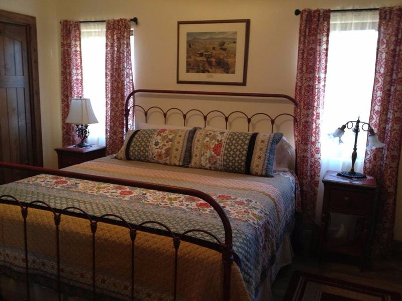 Elegant Get Away, Quietly Nestled In Bucolic Beauty Near City Conveniences., vacation rental in Corrales