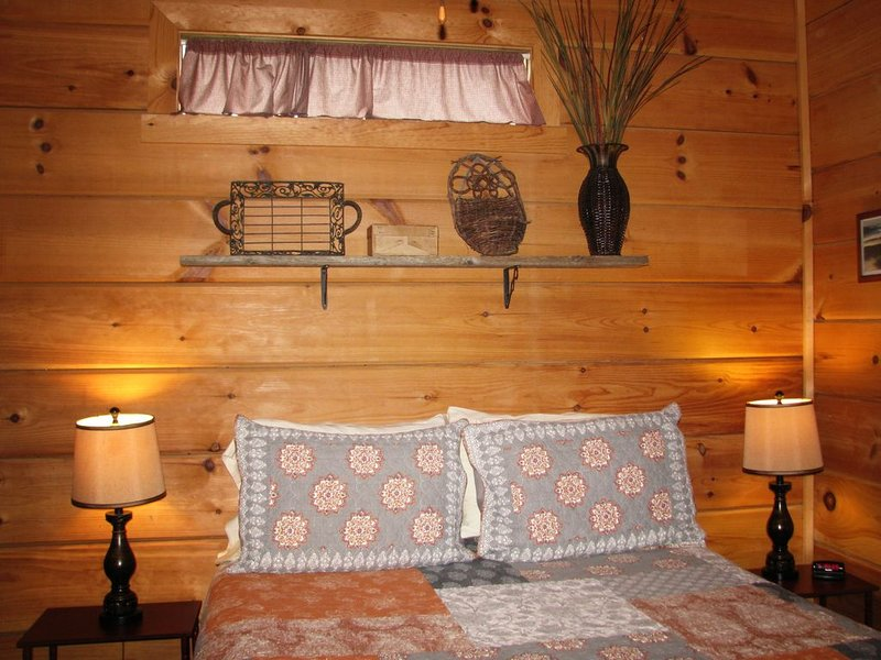 Cozy 1BR 'Real Log Cabin' w/ Hot Tub on the Linville River (sleeps 6), holiday rental in Spruce Pine
