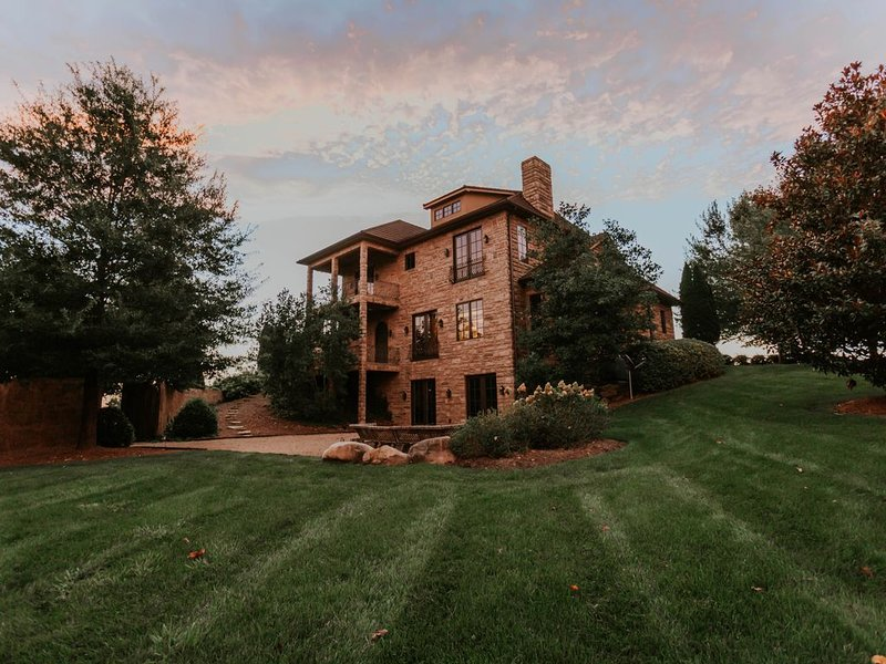 Secluded Retreat with Mountain views in Tennessee!  Book Valentine's Weekend!, holiday rental in Kingsport