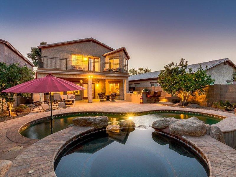 El GORGEOUS, piscina privada, spa y vista del patio trasero, incluyendo cocina al aire libre.