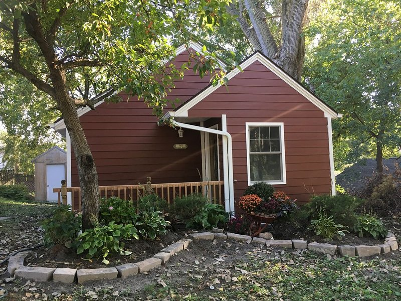 Robert's Roost - Tiny Farmhouse Inspired Cottage, alquiler de vacaciones en Omaha