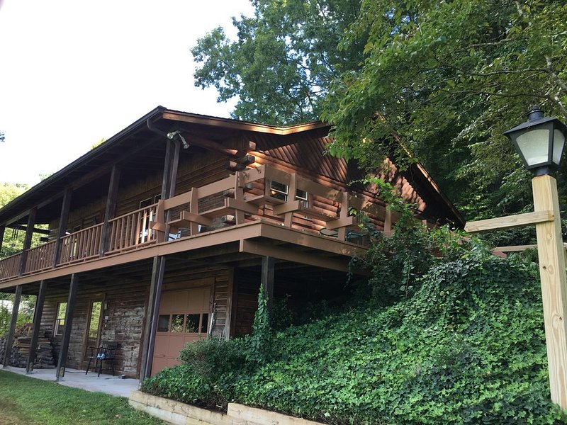 The Bald Spot-A Log Cabin Home, vacation rental in Brevard