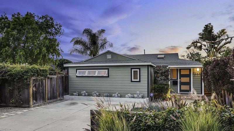 Mid-Century near Santa Monica-- Family Home w Large Private Yard + Gated Parking, location de vacances à Marina del Rey