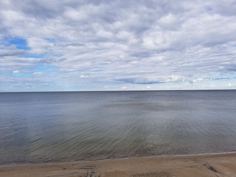 Quaint beach cottage with magnificent sunrises on Saginaw Bay/Lake Huron, holiday rental in Linwood