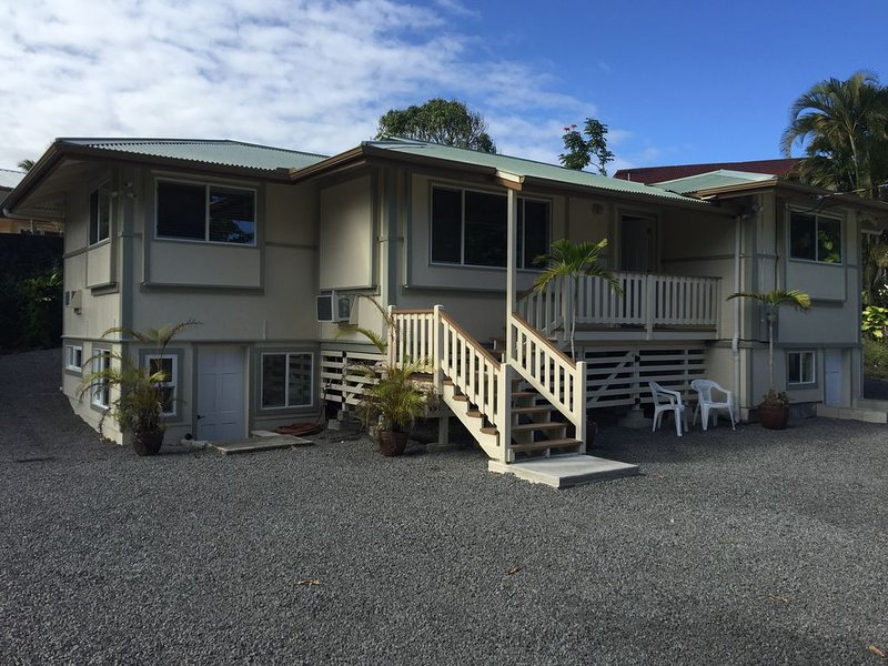 Aaron's Beach House - NEWly Renovated Private home with a 5 min walk to beach, alquiler de vacaciones en Hilo