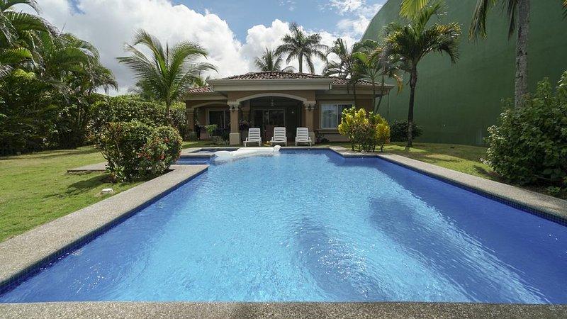 Oceanfront 3BR Villa with Private Pool on Playa Hermosa just 5 mins form Jaco, alquiler de vacaciones en Playa Hermosa