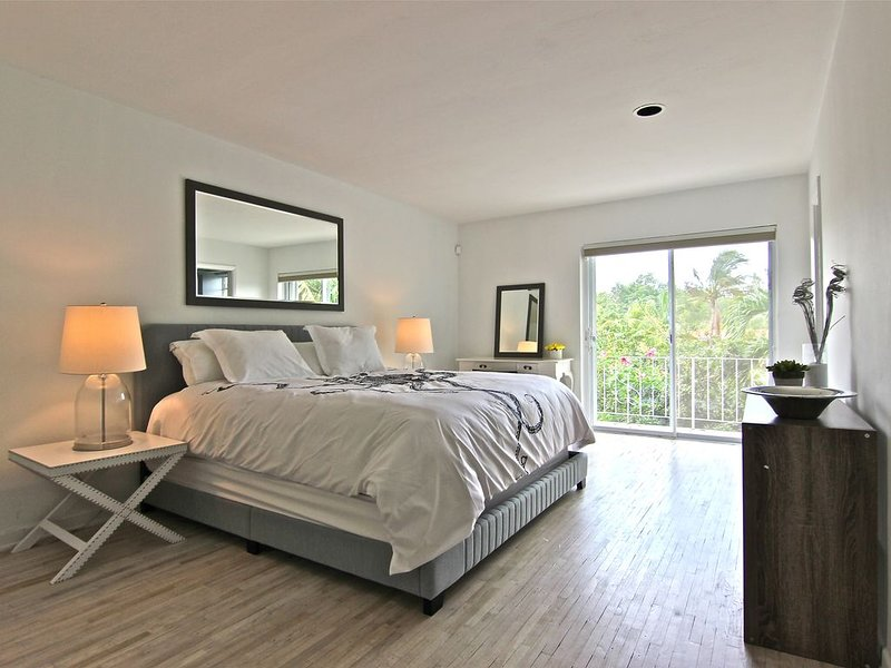 BRIGHT MODERN KEY WEST STYLE 2 BEDROOM TOWNHOUSE WITH DOCK, vacation rental in North Miami