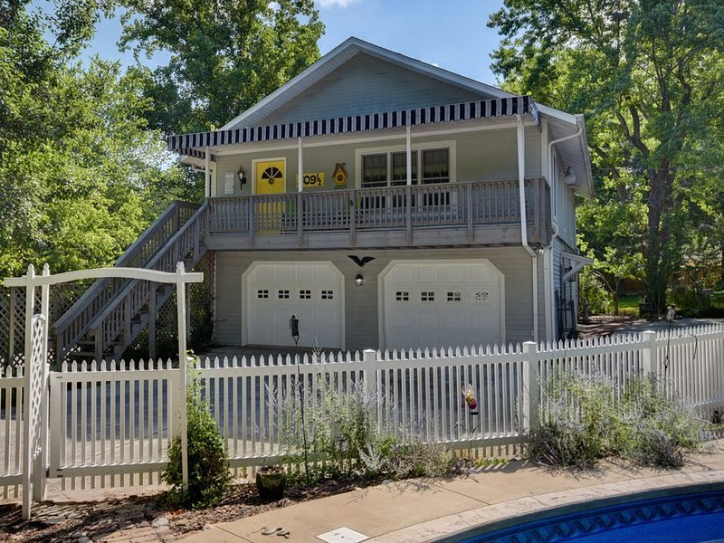 Conveniently located charming carriage house in historic neighborhood., vacation rental in Nixa