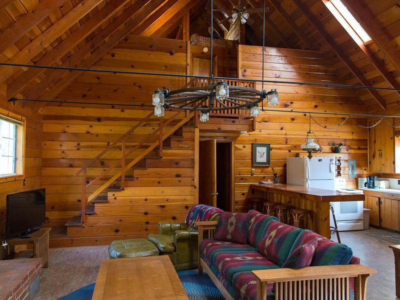 Cozy Knotty Pine Cabin With View of Bass Lake, vacation rental in Bass Lake