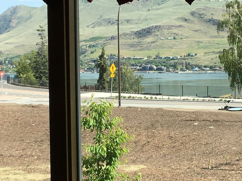 Lake View Home Walking Distance to Town and Vin du Lac Winery – semesterbostad i Chelan