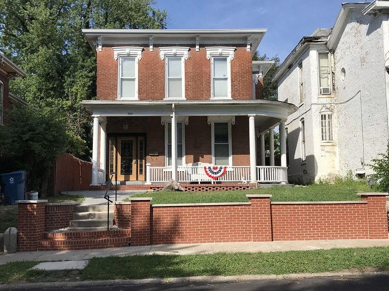 Hannibal House ~ Walking Distance From Historic District, holiday rental in Hannibal