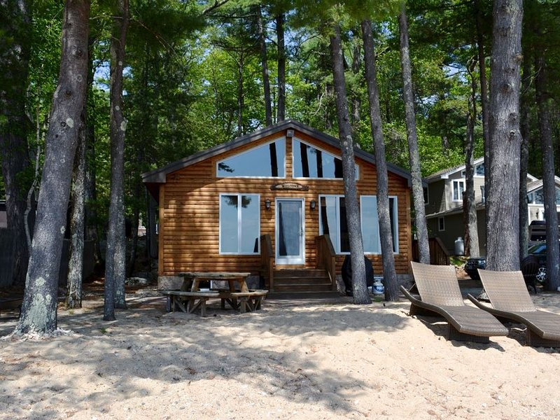 Waterfront cabin with private Sebago Lake Beach – semesterbostad i Naples