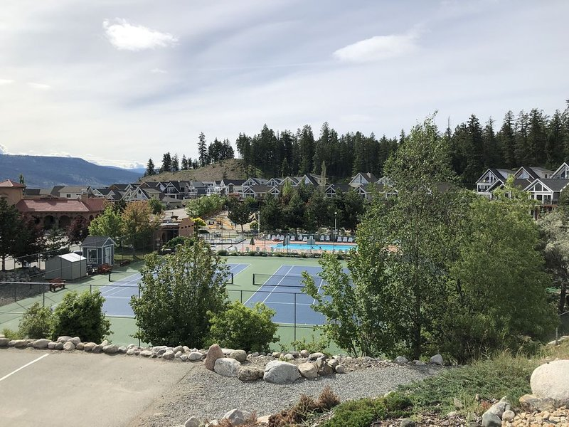 Canchas de tenis, parque infantil y minigolf.