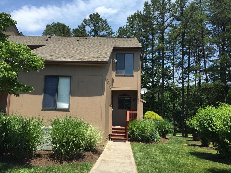 Cozy Townhome At The Woods Resort Golf, Spa, Swimming, Tennis, and Hiking, holiday rental in Great Cacapon