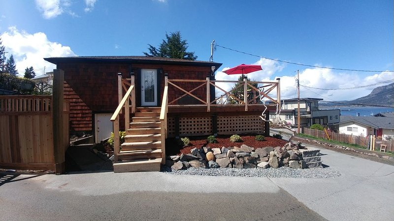 Quaint ocean view cottage in Cowichan Bay village., vacation rental in Duncan