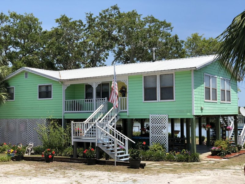 The Edgewater House ~ Waterfront Home~ Lots of Wildlife and Beautiful Sunrises!!, vacation rental in Cedar Key