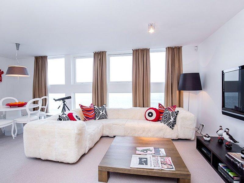 Luxury Family City Center Apartment with Direct Ocean Views, location de vacances à Reykjavik