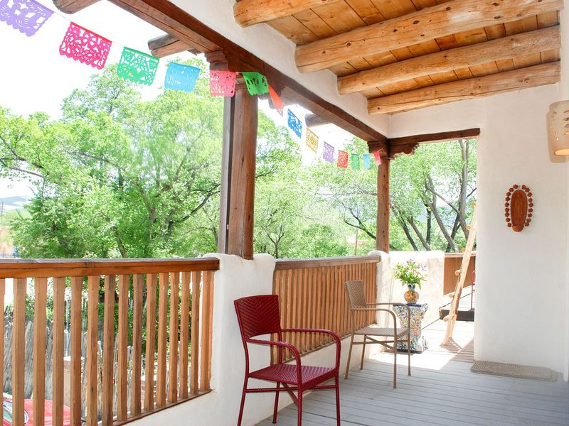 La Posada de Taos 2 BR, 2 block stroll to Plaza, Authentic Charm & Deck Views, holiday rental in Taos