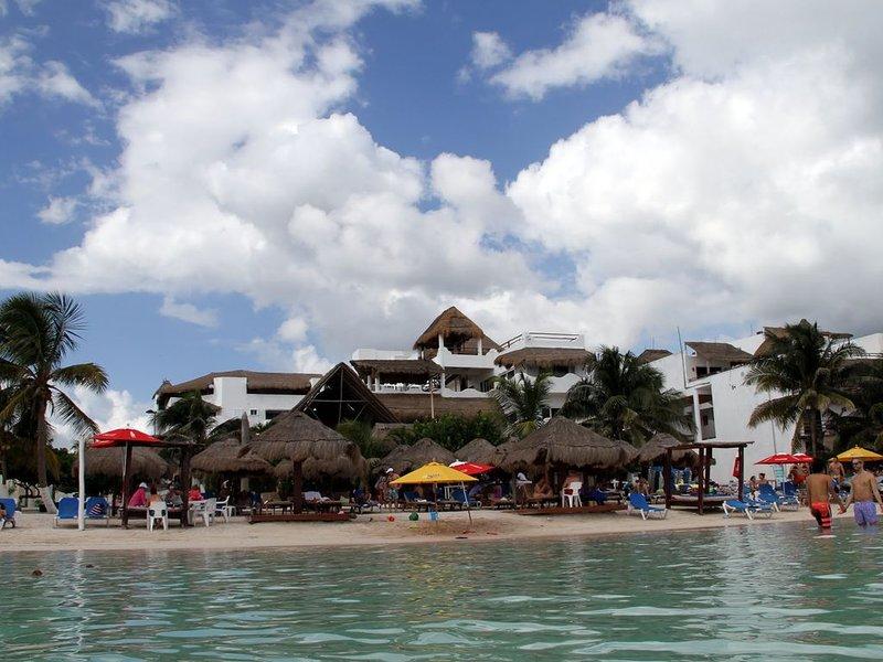 Luxury Beach Condo with views of Caribbean Sea in heart of Mahahual - Costa Maya, location de vacances à Costa Maya