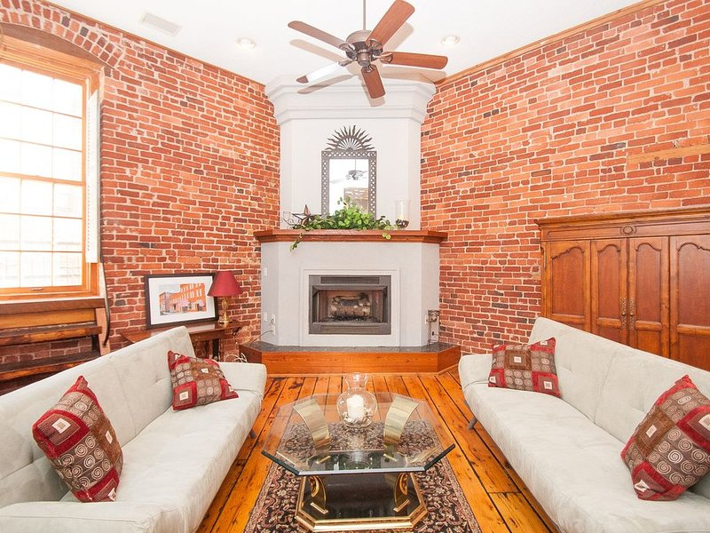 Downtown Lynchburg Historic Loft with 2 cars garage, holiday rental in Appomattox