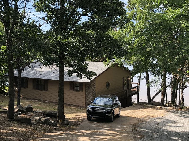 Rustic Lakefront Cabin With Incredible Views of Lake Eufaula, alquiler de vacaciones en Eufaula