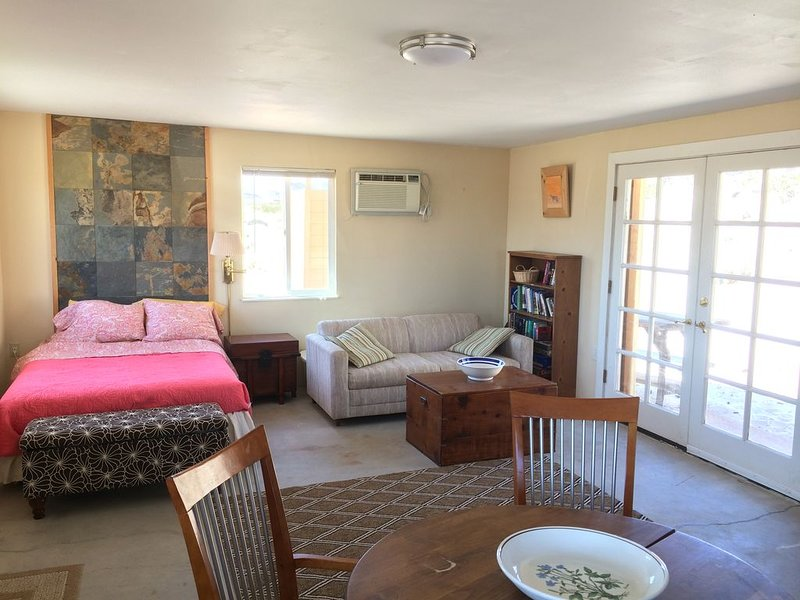 Private charming cabin near joshua tree national park. Views , privacy, nature, holiday rental in Twentynine Palms