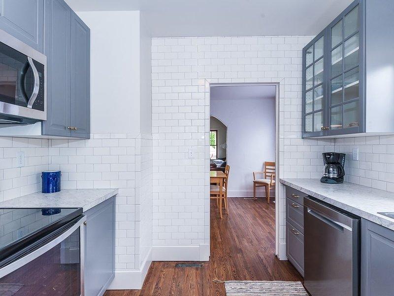 Charming Home Near Downtown Rochester, 3 Bedrooms, Hardwood Floors--No Carpet!, casa vacanza a Eyota